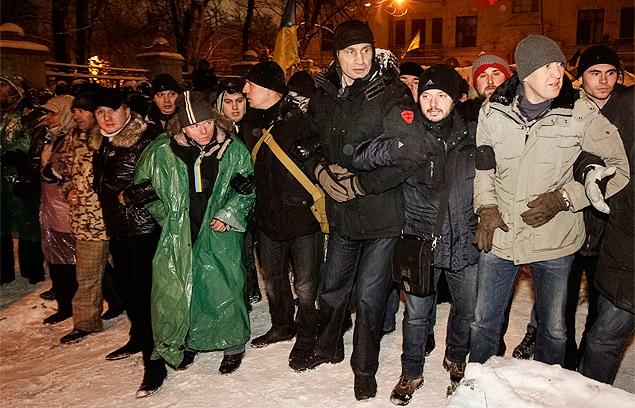 В первых рядах оппозиции, рука об руку со своими сторонниками - Владимир Кличко. Фото: REUTERS