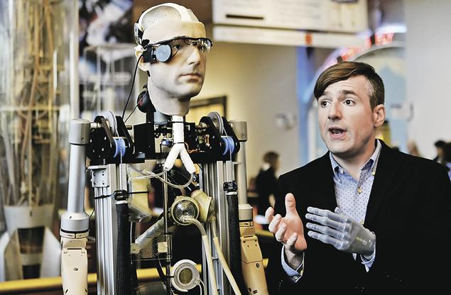 Швейцарский ученый Бертольд Мейер (справа) со своим роботом-двойником (слева). У профессора искусственная рука. У двойника - искусственный интеллект.