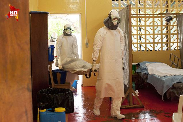 Местный же медперсонал, боясь заразиться, зачастую отказывается работать. Больницы закрываются. Многочисленные поселки и вовсе недоступны для медиков. Это ж Африка! Фото: REUTERS