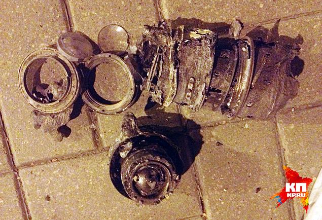 обгоревшие фотообъективы, найденные рядом с автомобилем Рено Логан, в котором передвигался Андрей Стенин и его спутники Фото: Александр КОЦ, Дмитрий СТЕШИН
