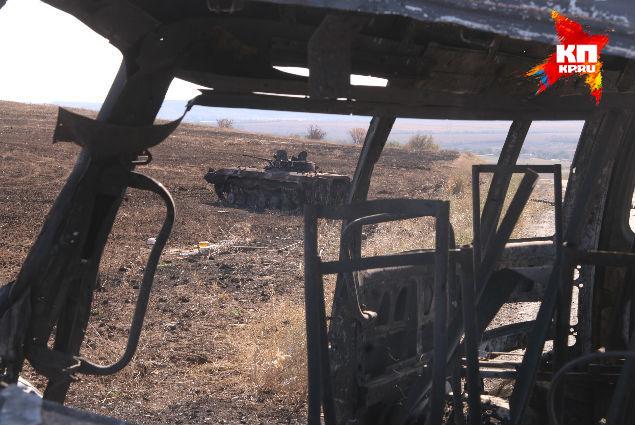 Сгоревшая техника вдоль дорог напоминает трассу под Бенгази в Ливии в 2011 году, после натовской бомбардировки Фото: Александр КОЦ, Дмитрий СТЕШИН