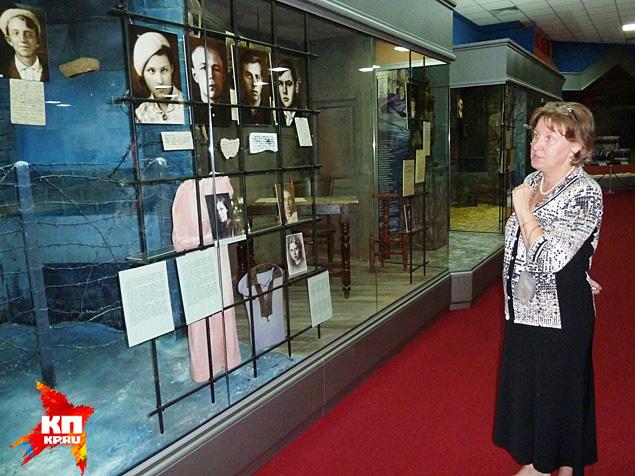 Директор музея Наталья Николаенко рассказывает о подвигах краснодонцев Фото: Николай ВАРСЕГОВ