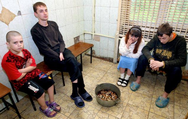В курилке в отделении Приморского краевого наркологического диспансера во Владивостоке Фото: РИА Новости