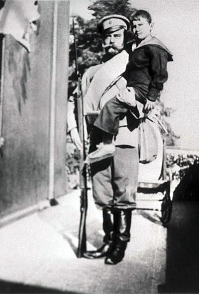 Испытывая форму рядового, Николай II прошел по жаре 14 километров в полном обмундировании. Остался доволен