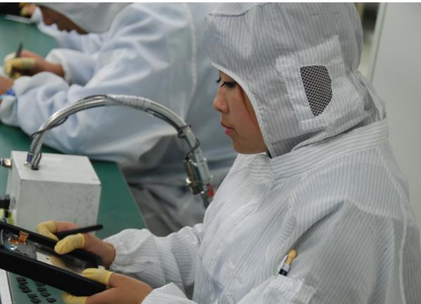 На сборщиках специальные костюмы, которые не собирают статическое электричество. Фото: Александр МИЛКУС