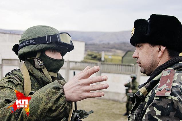 Этот кадр сделан весной. Подполковник Валерий Бойко (на фото - справа) начал переговоры с «вежливыми». Фото: Александр КОЦ