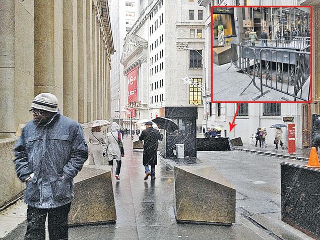 Здание на заднем плане - это и есть легендарная фондовая биржа США, Уолл-стрит. Подъезды к нему перегорожены специальной защитой так, что танк не прорвется. Фото: Валерий РУКОБРАТСКИЙ