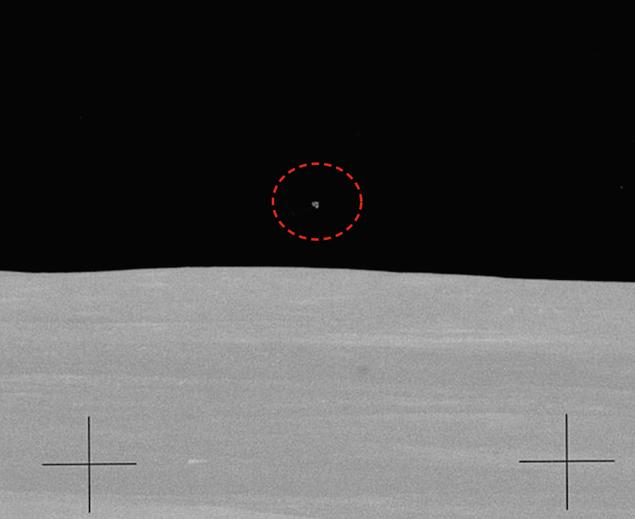 Чуть увеличенный снимок с сайта НАСА - иначе НЛО и не разглядеть.