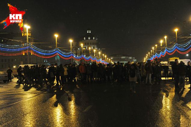 на месте гибели Бориса Неммцова собралось не мало единомышленников Фото: Виктор ГУСЕЙНОВ