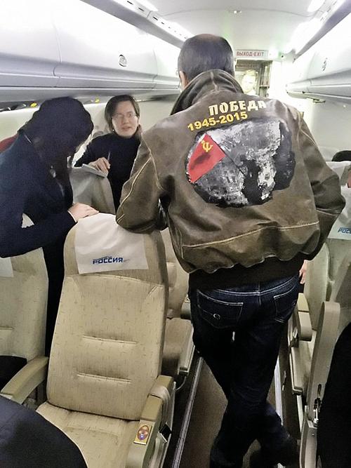 Это неформальное фото министра Сергея Лаврова в «победной» куртке ивыложила в Сеть Мария Захарова. Фото: facebook.com