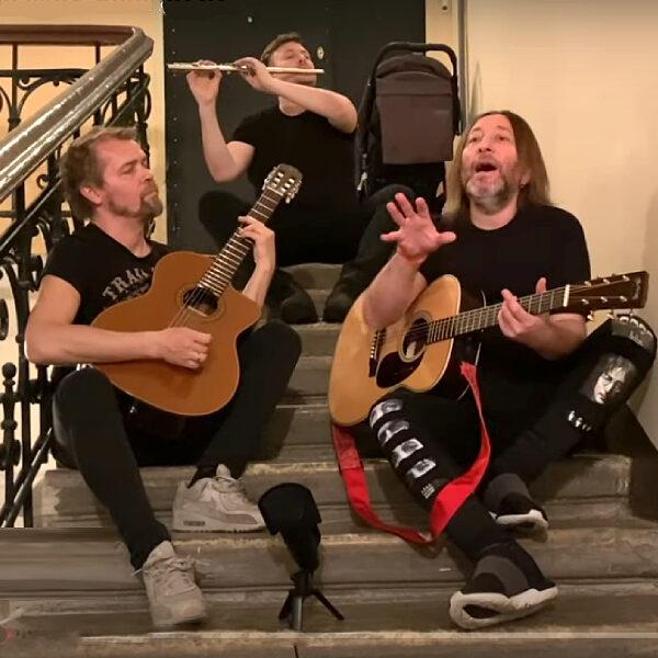 Онлайн-концерт группы «Би-2» на VK Fest 2020: «Мой рок-н-ролл» в подъезде