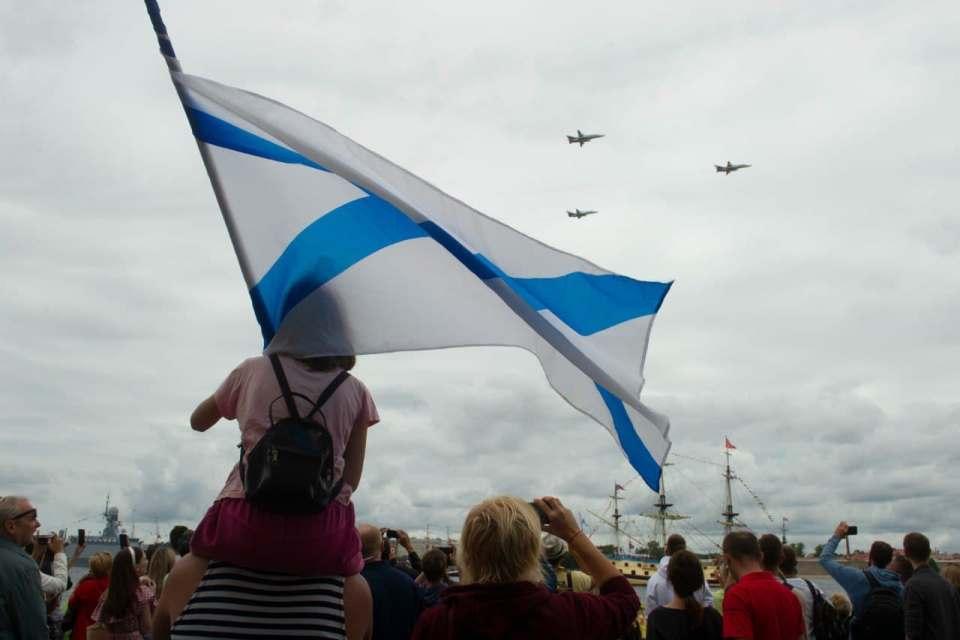 Лучшие фото парада на День ВМФ в Санкт-Петербурге 2021: зрители на набережных и триколор в небе