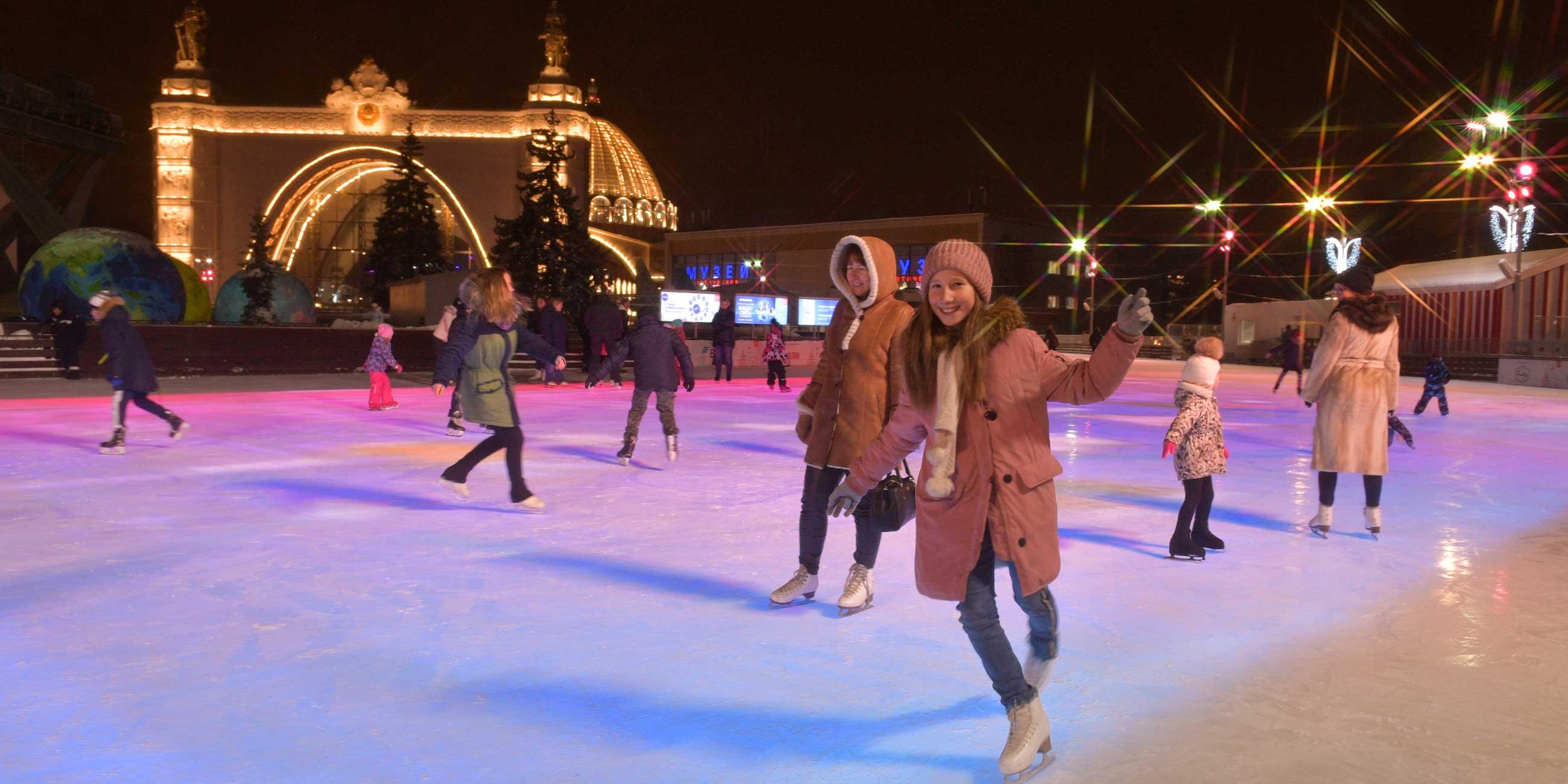Зимой ВДНХ - любимое место отдыха горожан: здесь заливают два огромных катка.Фото: globallookpress.com