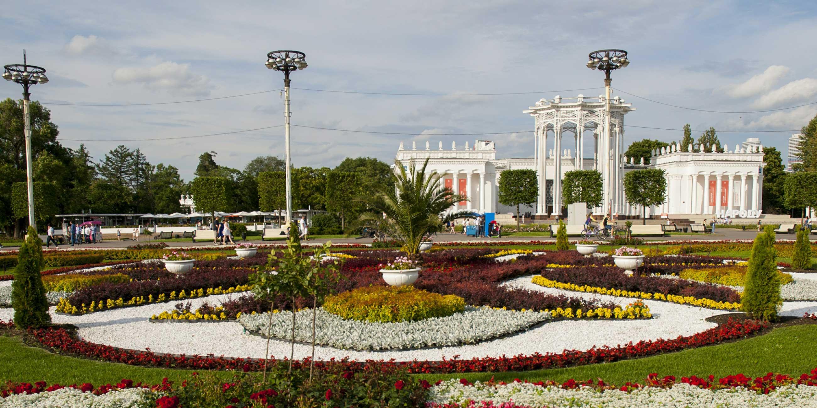 Летом газоны на территории выставки превращаются в цветочные ковры.Фото: globallookpress.com