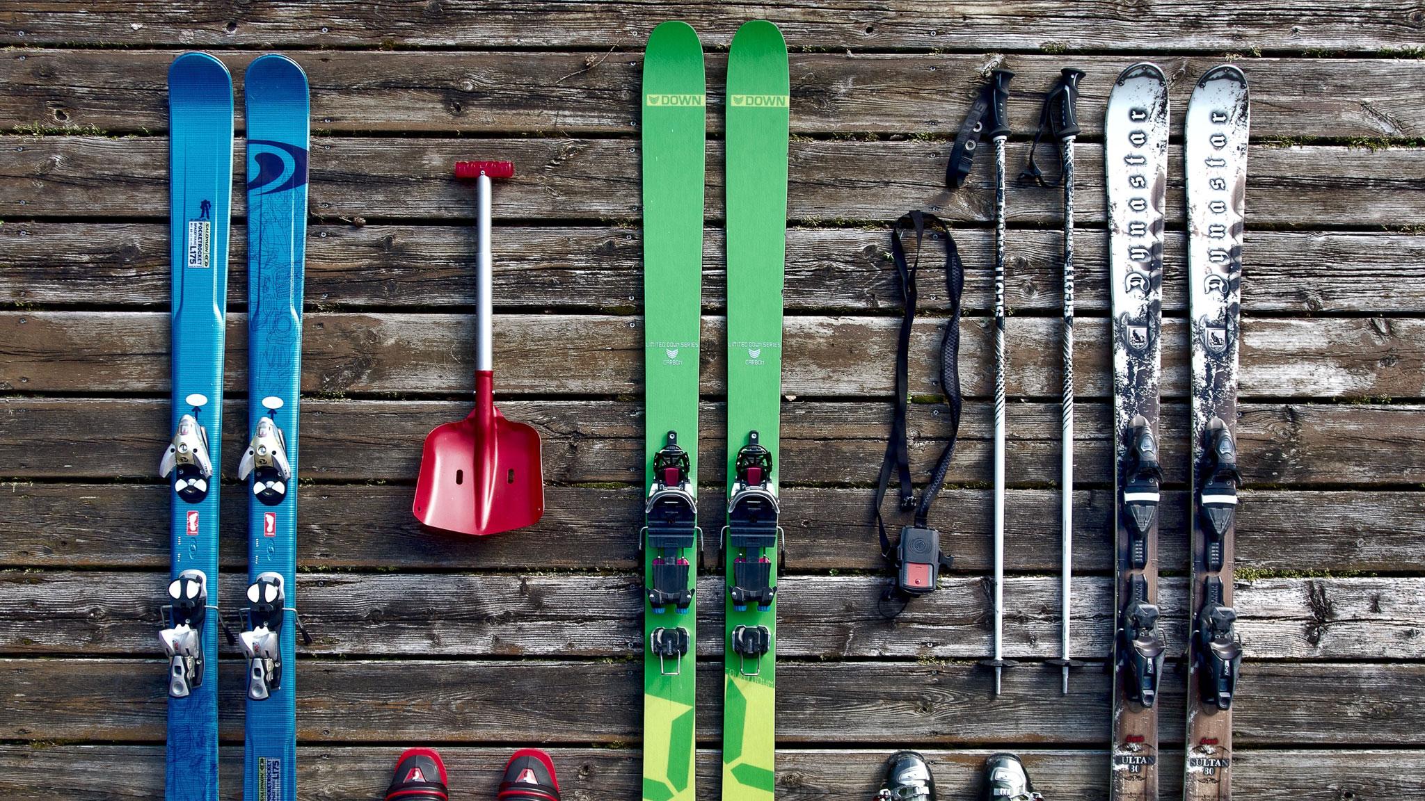 Отправляясь на горнолыжный курорт, вы можете взять собственную экипировку — лыжи и прочий спортинвентарь можно провозить в самолетах и поездах.Фото: pixabay.com