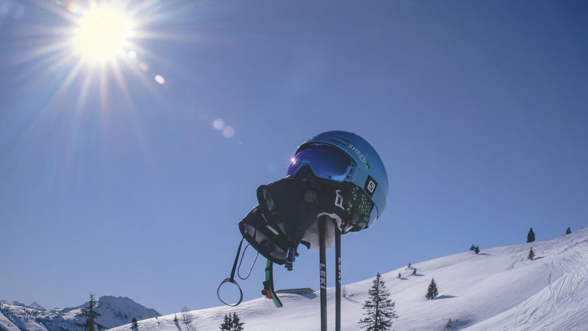 Отправляясь кататься на лыжах, возьмите с собой шлем и очки — последние лучше убрать в ручную кладь, чтобы не повредить при транспортировке.Фото: pixabay.com