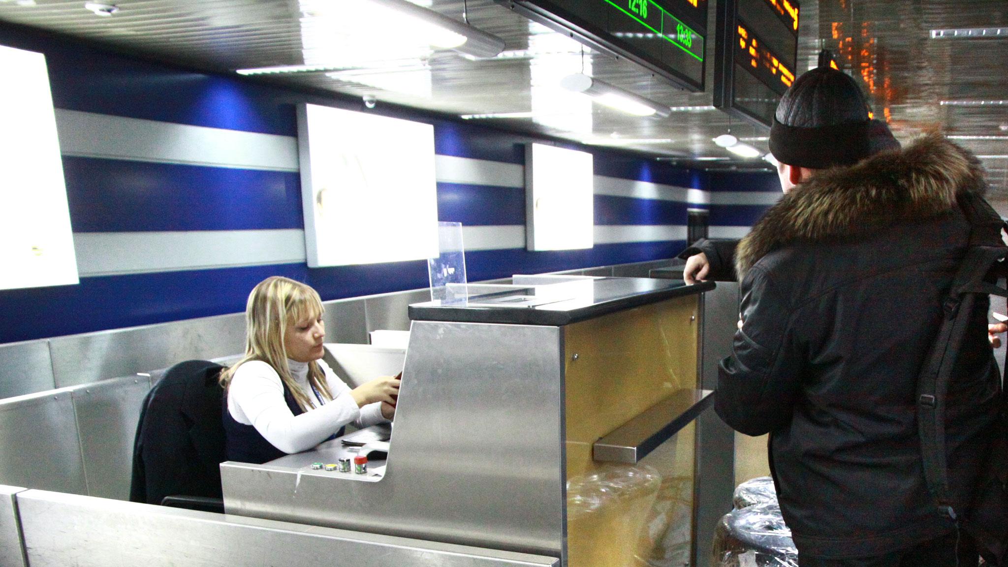 Лыжи придется сдать на специальную стойку для нестандартного багажа.Фото: Юлия ПЫХАЛОВА, «КП»-Иркутск»