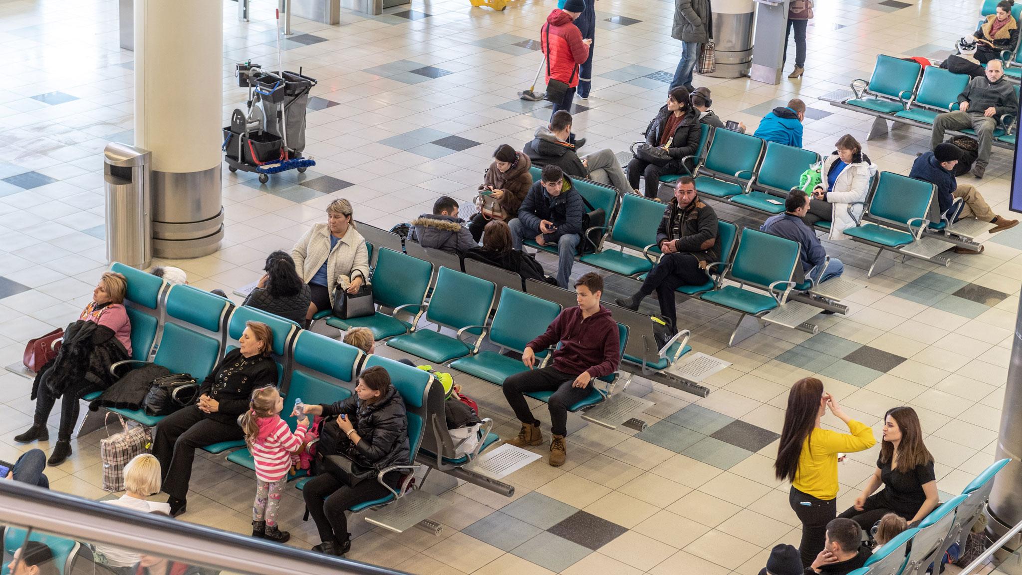 Чтобы наверняка успеть сдать багаж, особенно негабаритный, приезжайте в аэропорт пораньше. Фото: Михаил ФРОЛОВ