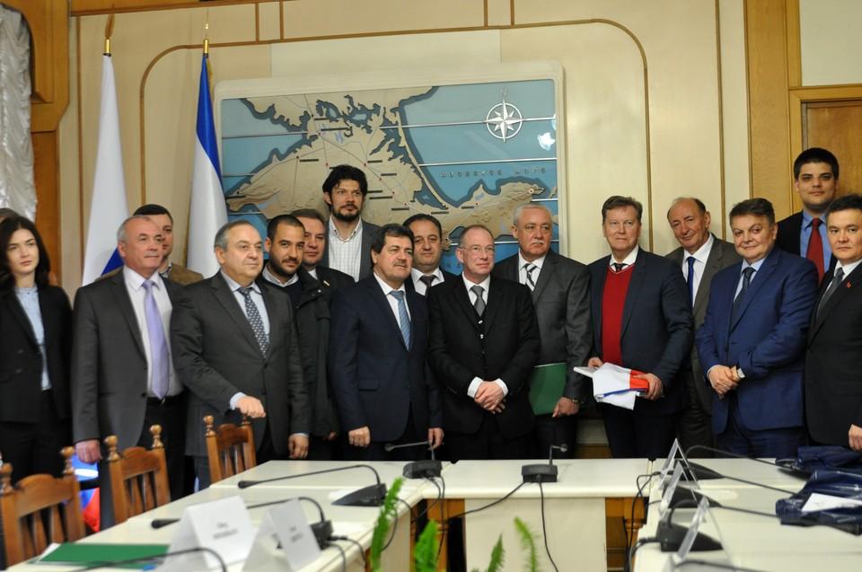 Иностранные гости в крымском парламенте.