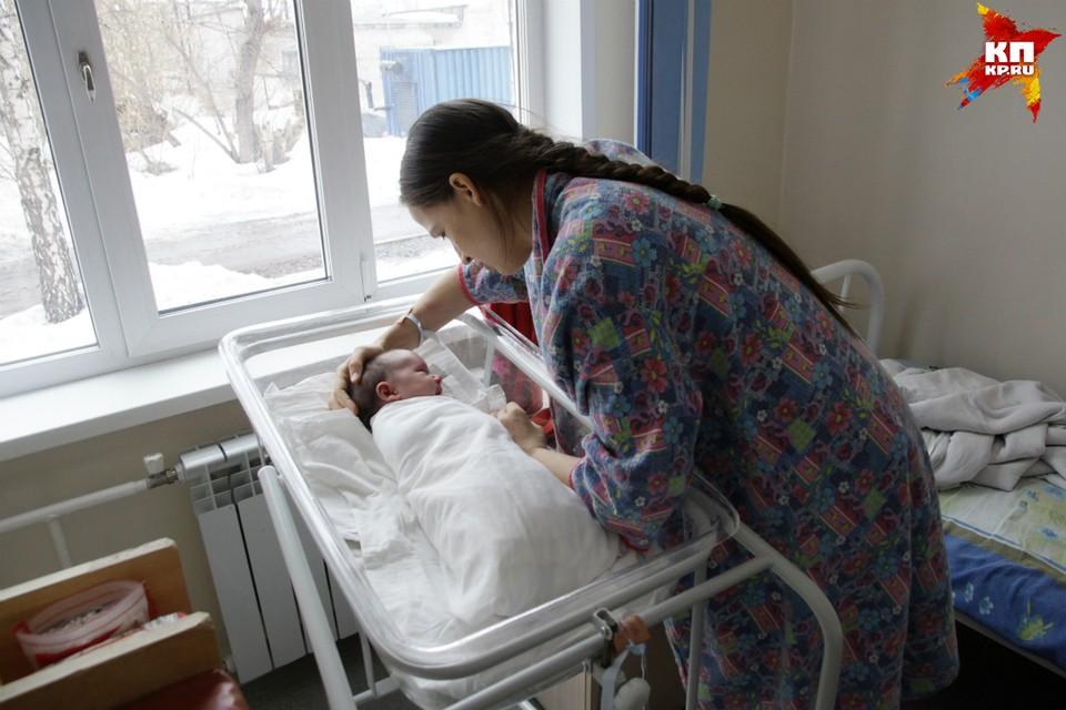 Малышка находится в палате с мамой, кормится грудью