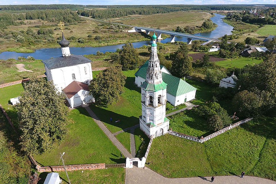 Суздаль. Вид на церковь Бориса и Глеба с высоты птичьего полета.