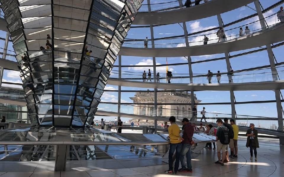 Германия входит в пятерку стран, куда остались сравнительно недорогие билеты на майские праздники. На фото - купол Рейхстага в Берлине.