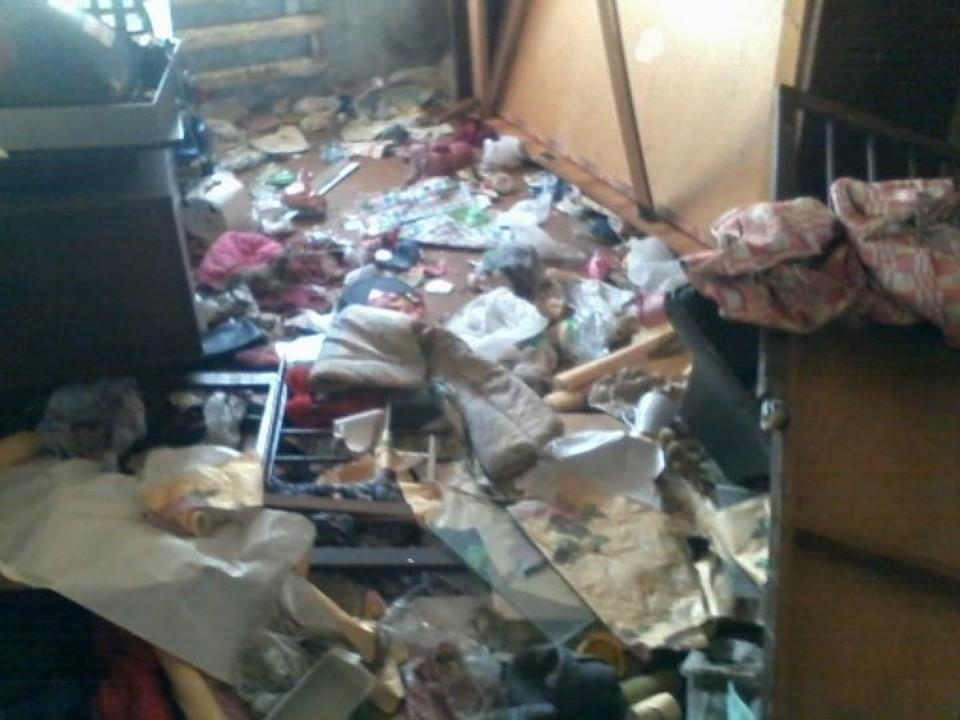 Захламленная квартира, где погибли дети.