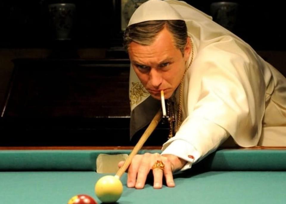 Папа курит прямо в Ватикане.