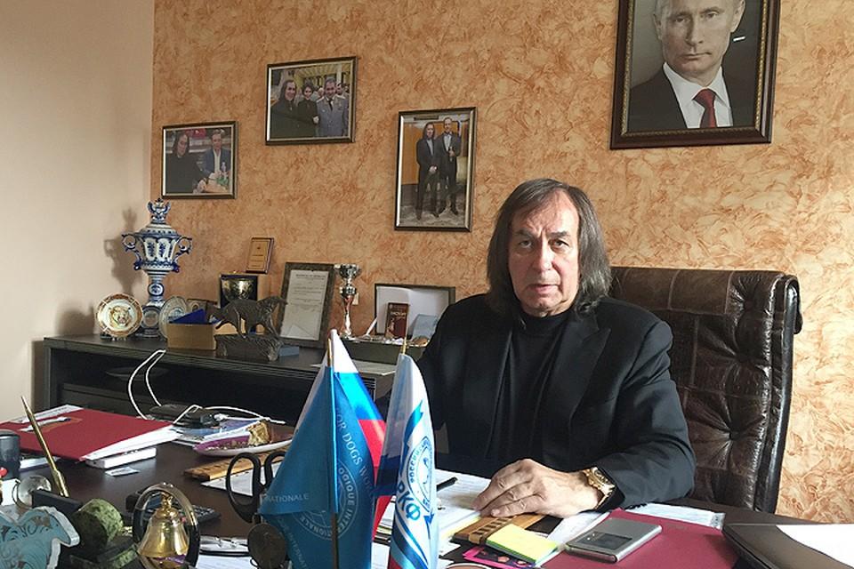 Александр Иншаков в своём рабочем кабинете.