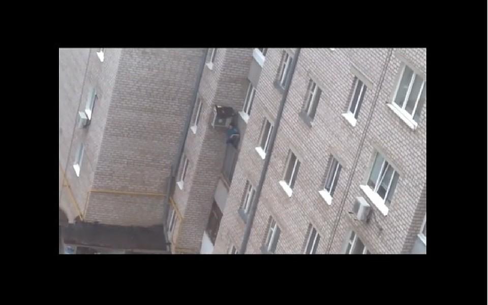 две женщины залезли в окно