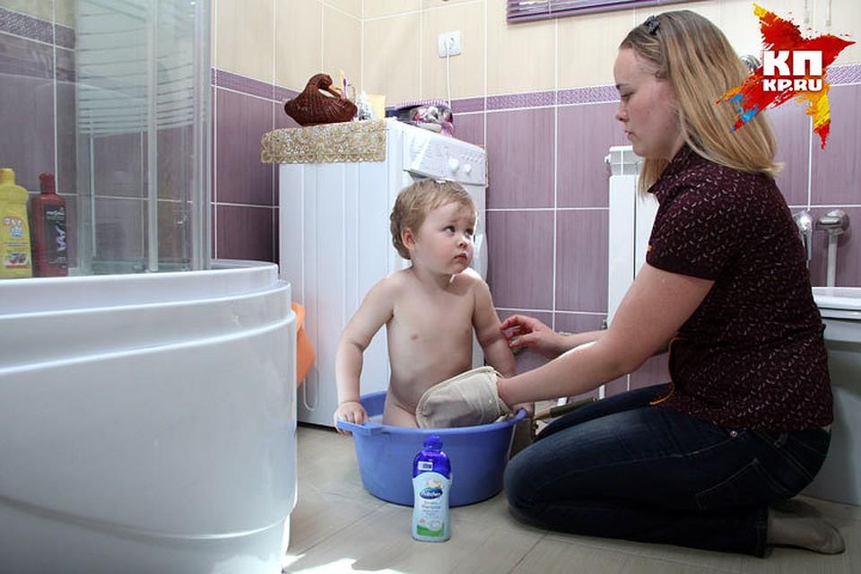 Сын имеет мать в ванной