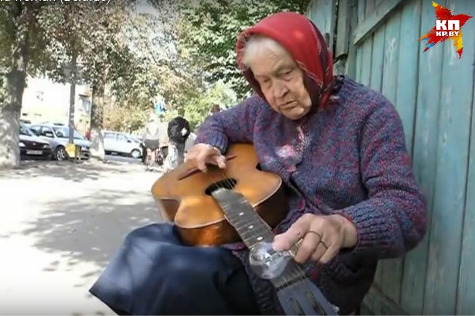 Гомельская бабушка, которая играет на гитаре лампочкой, попадет на американский MTV