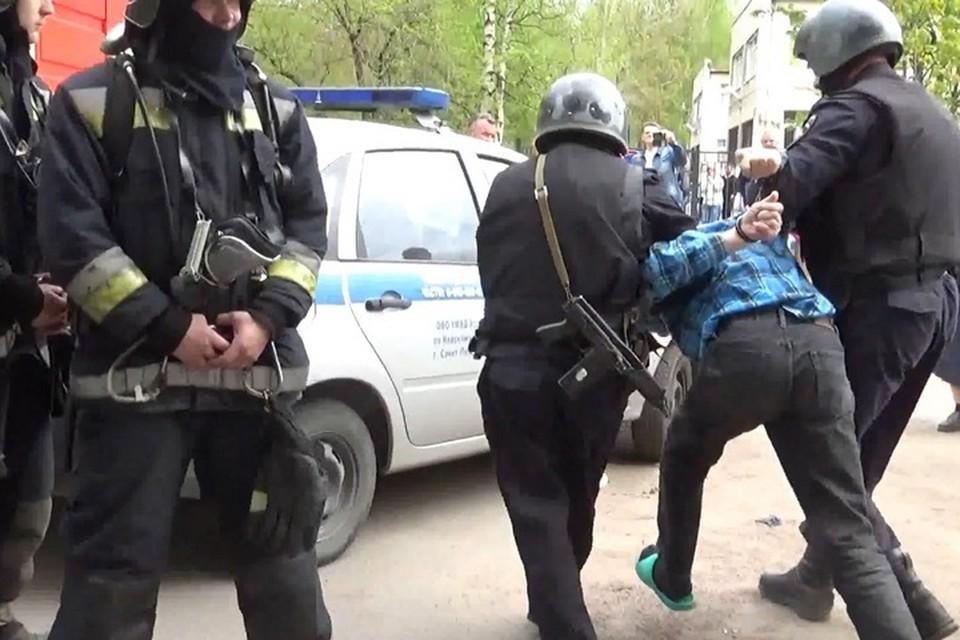 """""""Террориста"""" обезвредили и задержали на радость всему дому. Фото: предоставлено Росгвардией"""