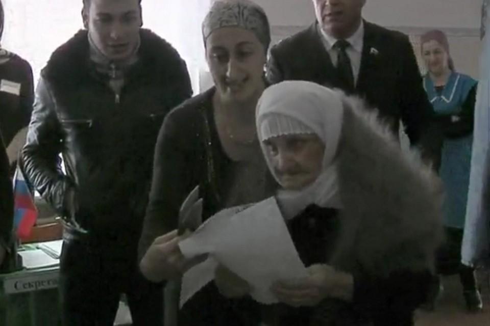 В возрасте 112 лет она пришла голосовать на избирательный участок. Фото: стоп-кадр видео.