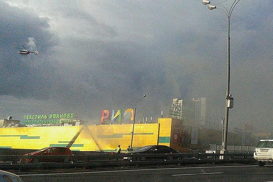 Эвакуация посетителей и продавцов началась силами сотрудников торгового центра ещё до приезда спасателей. Фото со страницы Фэйсбук Сергея Титова