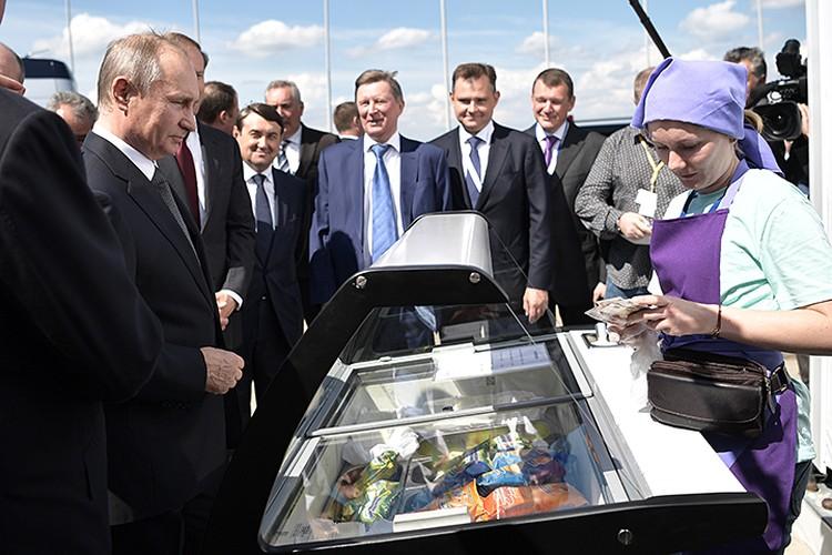 Каждый раз, приезжая на МАКС, президент неизменно покупает во время прогулки мороженое. Фото: Алексей Никольский/ТАСС
