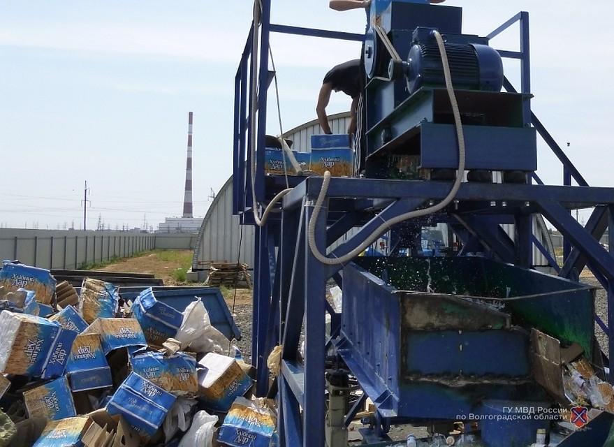 В Волжском раздавили 4,5 тысячи бутылок «левого» алкоголя