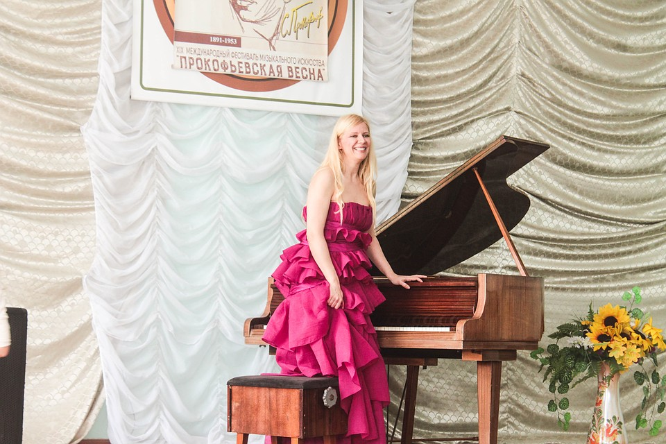 Валентина Лисица на концерте в Дебальцево