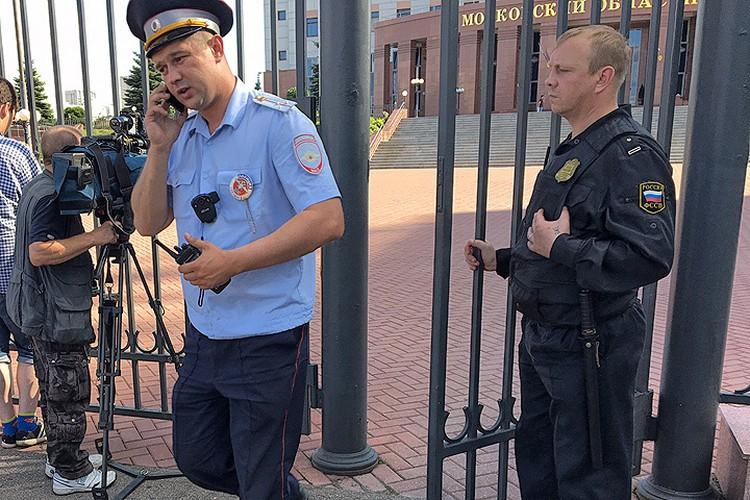 Сотрудники полиции у здания Мособлсуда.