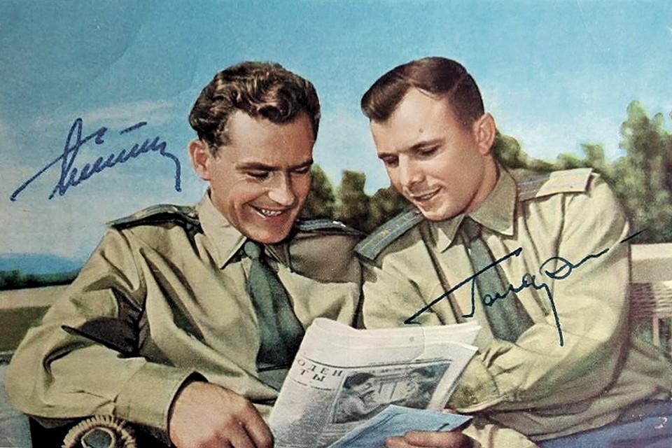 Герман Титов (слева) и Юрий Гагарин подарили юристам свои автографы. Фото: Личный архив Елены Зверевой