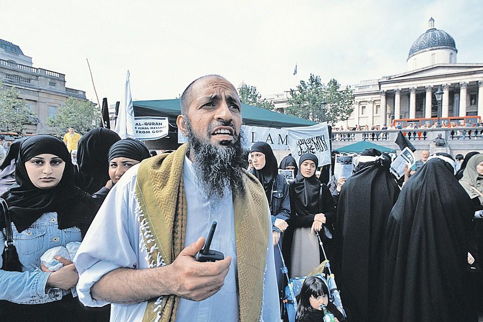 Шествия мусульманских фундаменталистов в центре Лондона под лозунгами «Главной религией в мире будет ислам!» давно не редкость для британской столицы. Участников таких акций охраняет полиция - а как иначе, надо же соблюсти толерантность...