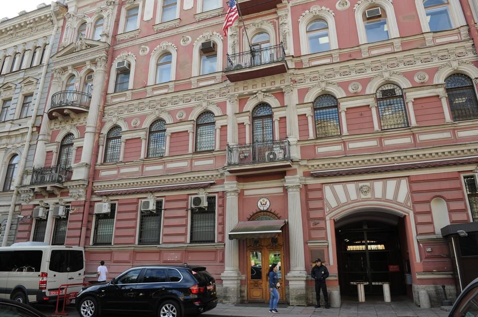 Сейчас от недовольных петербуржцев посольство охраняют полицейские.