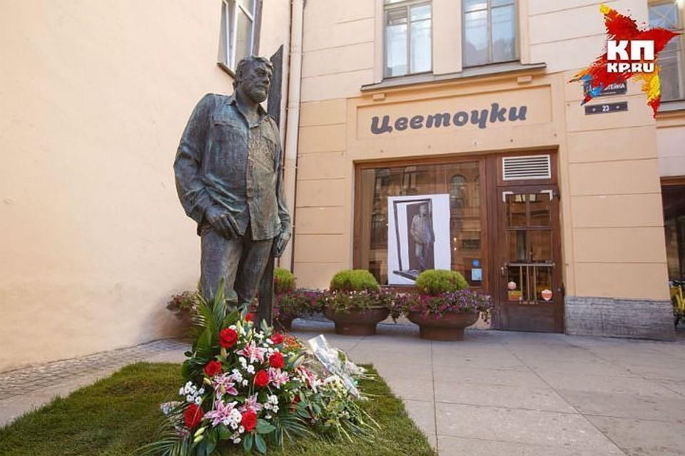 Памятник Сергею Довлатову на улице Рубинштейна