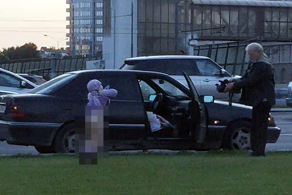 Мужчина достал из машины профессиональную камеру, огромную такую, черную, и стал снимать девочку