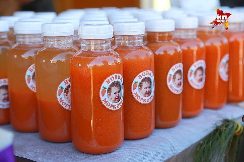 В 2015 году маленький Вова посадил с родителями морковь на даче, а осенью из собранного урожая выжали сок и продали красноярцам