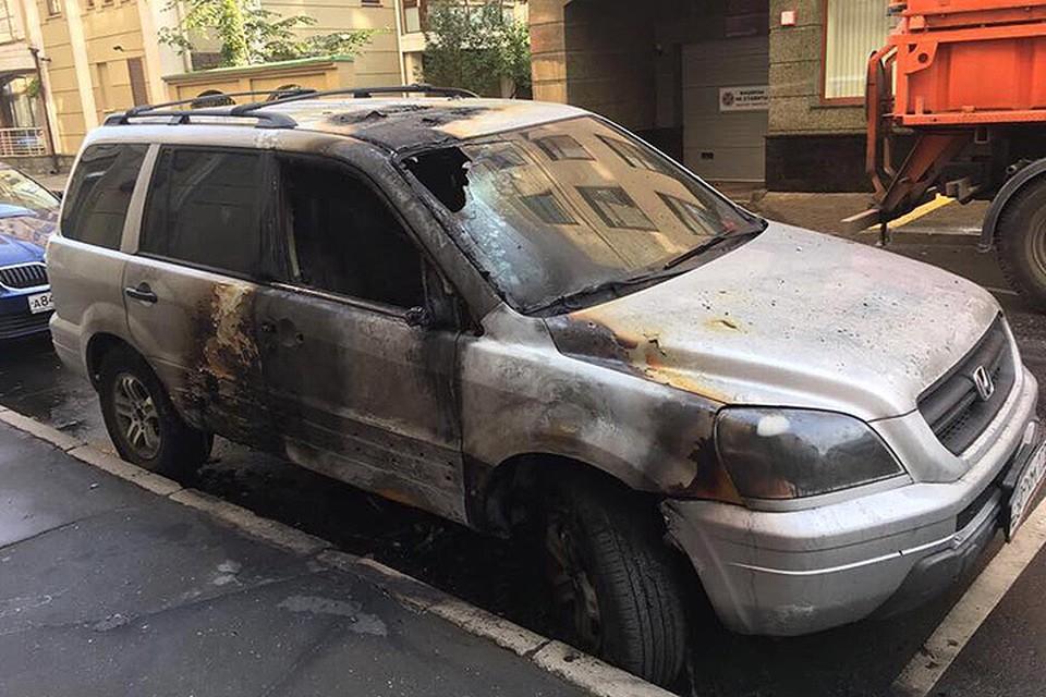 Один из внедорожников, пострадавших от огня. ФОТО Константин Добрынин/Фейсбук