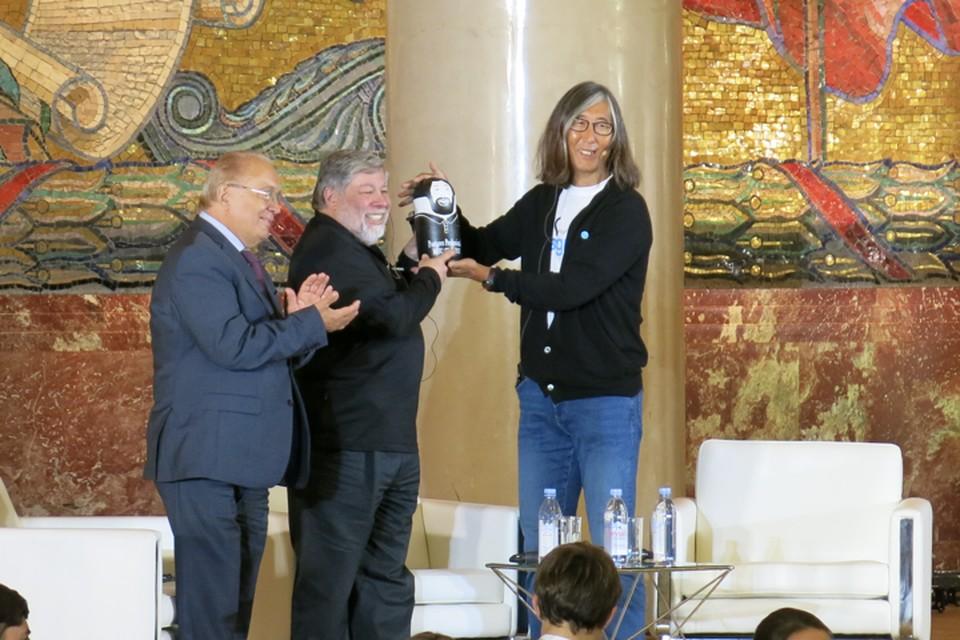 Стиву Возняку в МГУ подарили матрешку - в виде Стива Возняка.