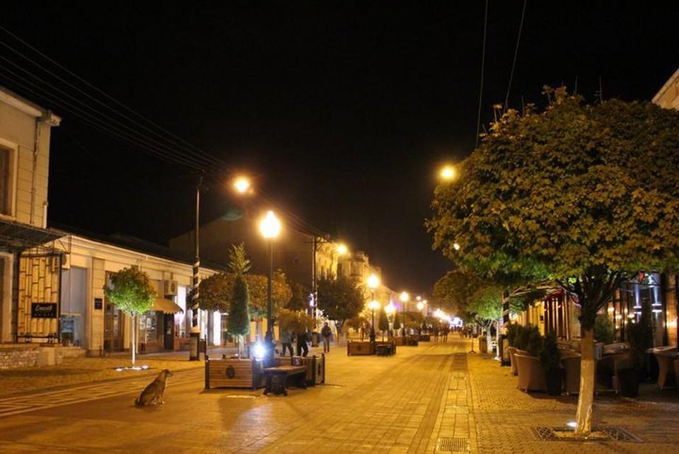 С наступлением темноты в Симферополе лучше всего гулять по центру, где есть освещение.