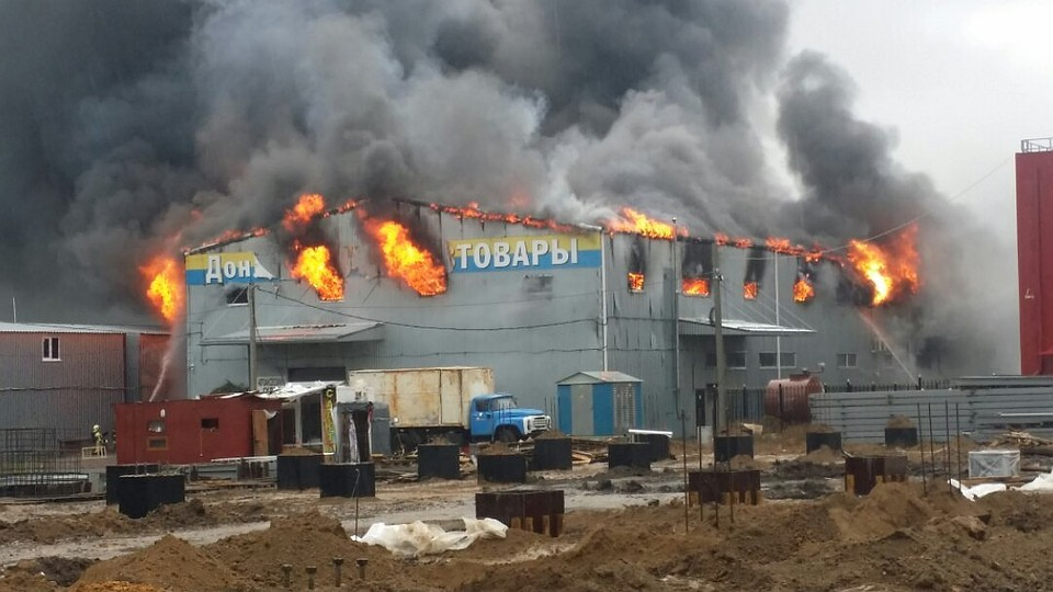 """Пожар полностью уничтожил павильон за несколько часов. Фото: ВК, группа """"Ростов Главный"""""""