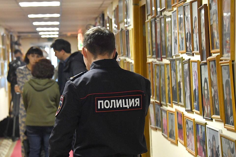 """23 октября 2017 года. Сотрудник полиции в коридорах офиса радиостанции """"Эхо Москвы""""."""